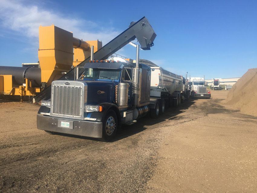 semi loading asphalt